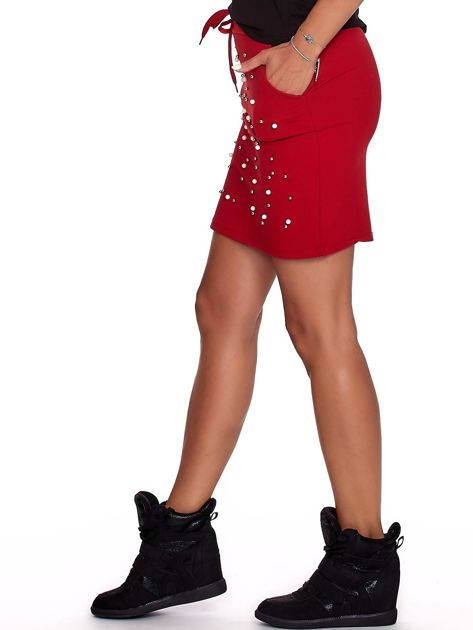 Czerwona spódnica dresowa z perełkami i kieszeniami                              zdj.                              6