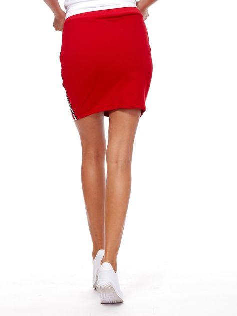 Czerwona spódnica z tekstowymi lampasami                              zdj.                              2