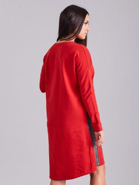 Czerwona sukienka dresowa z dżetami                              zdj.                              2