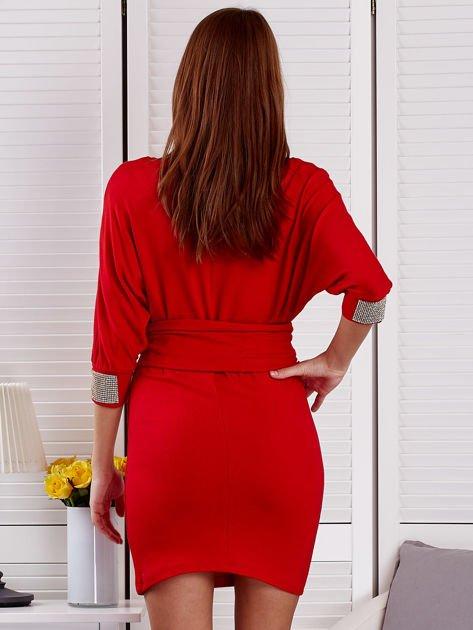 Czerwona sukienka koktajlowa z biżuteryjnymi wstawkami                              zdj.                              2