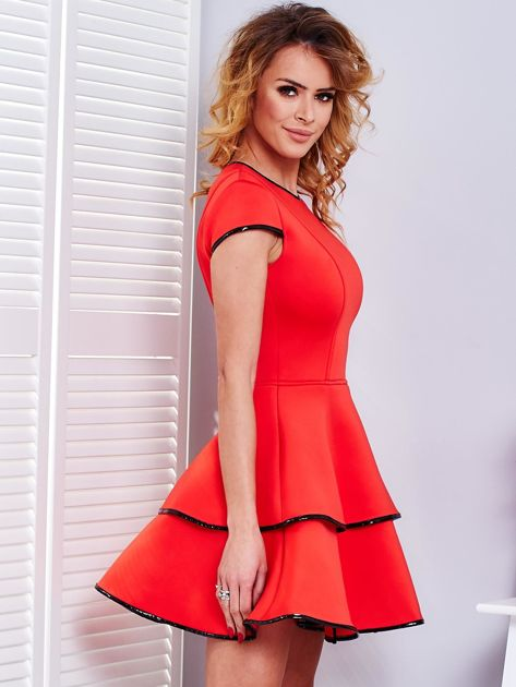 Czerwona sukienka z błyszczącym wykończeniem                              zdj.                              3