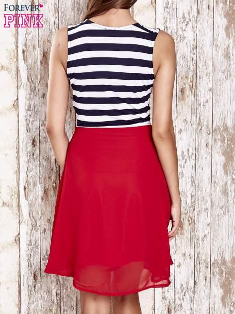 Czerwona sukienka z kopertowym dekoltem w pasy                                  zdj.                                  4