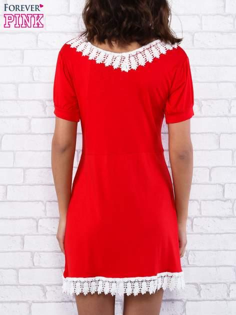 Czerwona sukienka z koronkowym wykończeniem                                  zdj.                                  3
