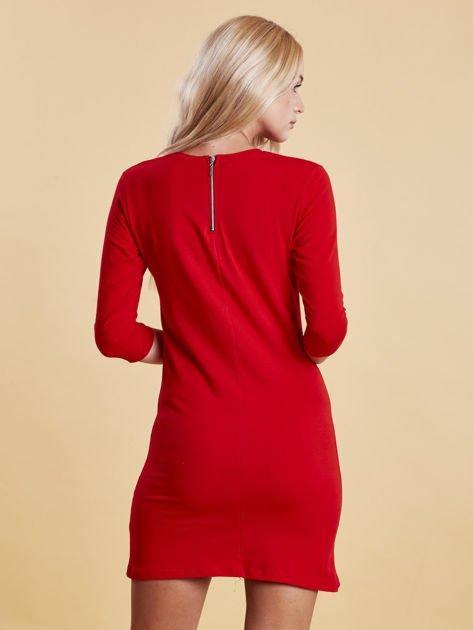 Czerwona sukienka z kwiatową naszywką                              zdj.                              2
