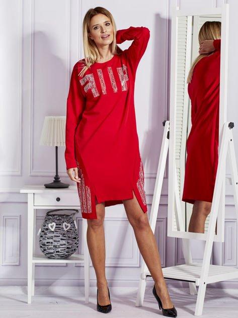 Czerwona sukienka z perełkami i dżetami                              zdj.                              4