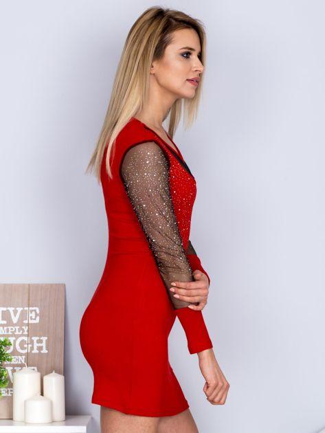 Czerwona sukienka z siateczkowym dekoltem i dżetami                                  zdj.                                  3