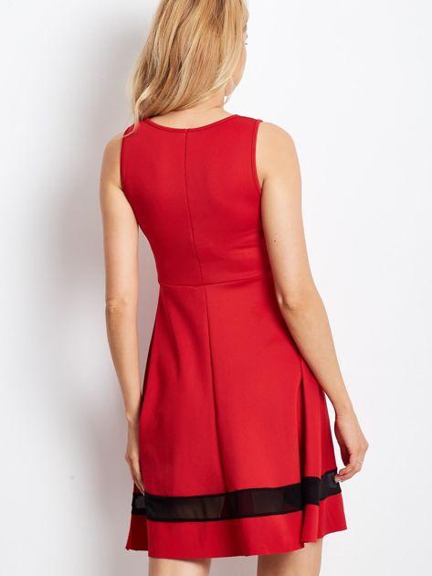 Czerwona sukienka z transparentnymi modułami                              zdj.                              1