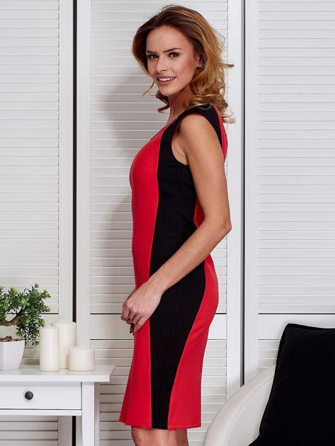 Czerwona sukienka ze złotym łańcuszkiem                               zdj.                              5