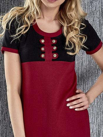 Czerwona sukienka ze złotymi guzikami                                  zdj.                                  7