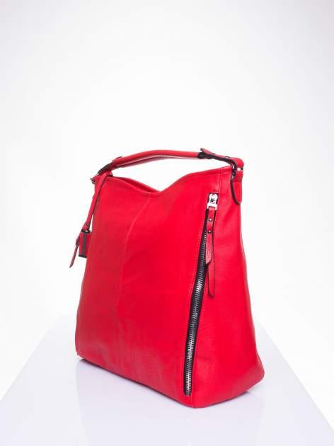 Czerwona torba hobo z suwakami po bokach                                  zdj.                                  2