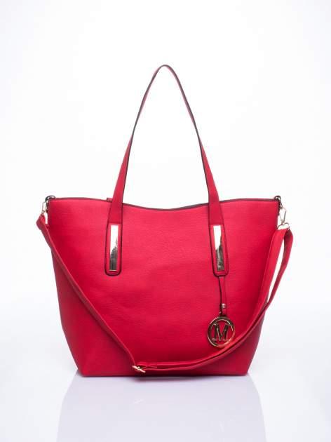 Czerwona torba na ramię ze złotym emblematem                                  zdj.                                  1