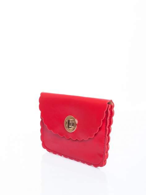 Czerwona torebka listonoszka z falowanym wykończeniem                                  zdj.                                  3