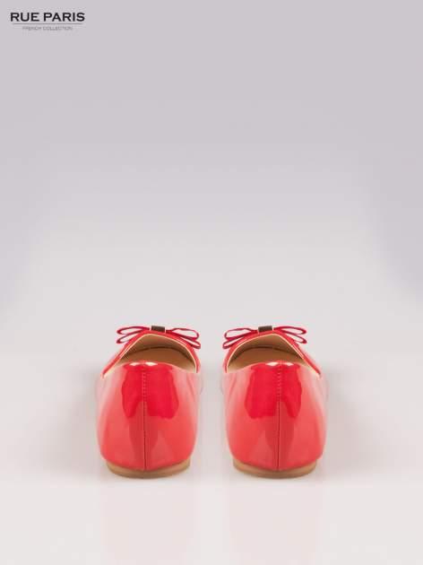 Czerwone błyszczące balerinki faux leather Melanie z kokardką                                  zdj.                                  3