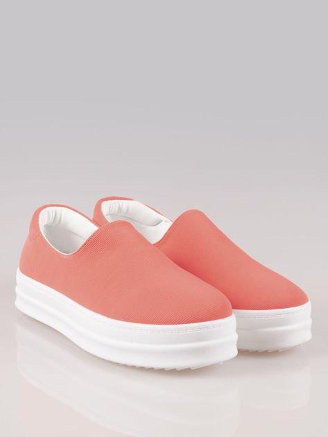 Czerwone buty slip on na wysokiej podeszwie                                  zdj.                                  2