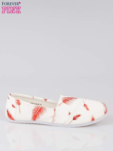 Czerwone buty slipon w piórka