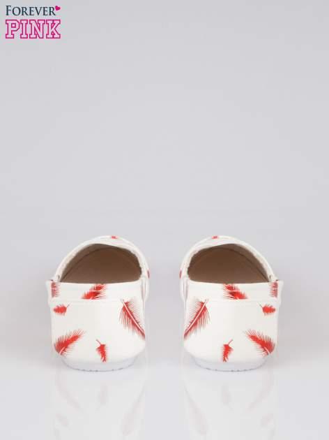 Czerwone buty slipon w piórka                                  zdj.                                  3