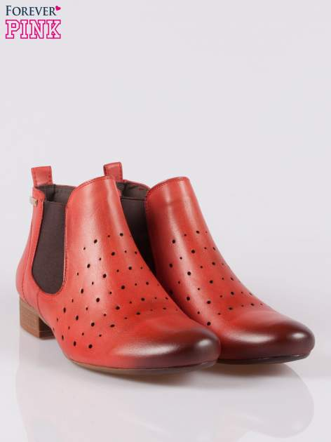 Czerwone dziurkowane botki damskie z cieniowaną cholewką                                  zdj.                                  2