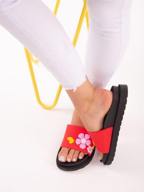 Czerwone klapki na grubej podeszwie w żółte kwiaty                              zdj.                              3