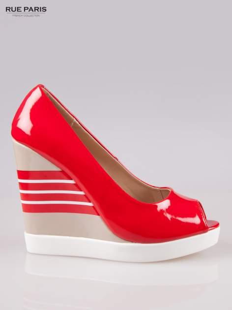 Czerwone lakierowane buty peep toe na wzorzystym koturnie                                  zdj.                                  1