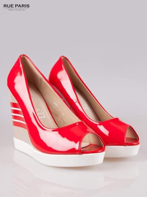 Czerwone lakierowane buty peep toe na wzorzystym koturnie                                  zdj.                                  2