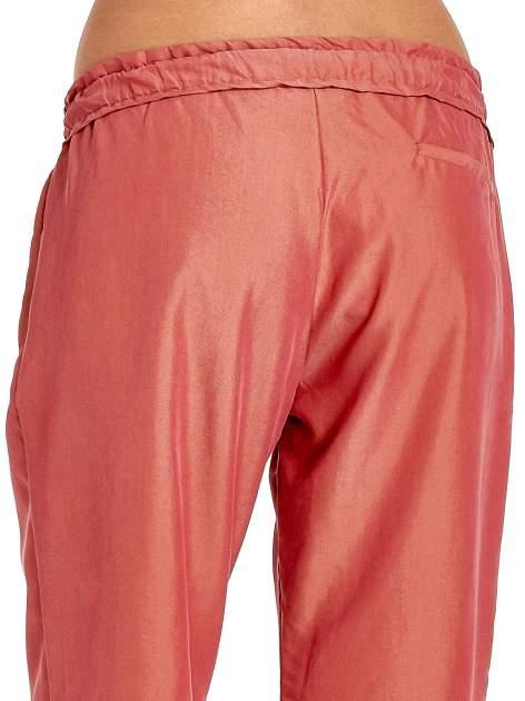 Czerwone lejące spodnie wiązane w pasie                                  zdj.                                  7