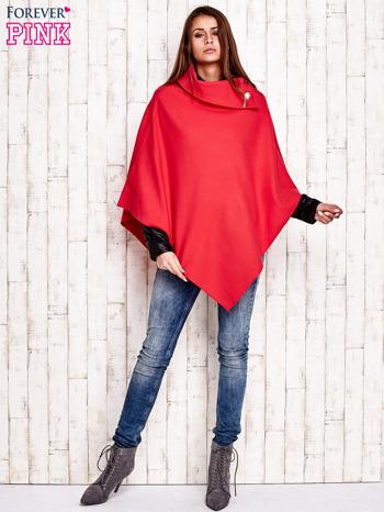 Czerwone poncho z biżuteryjną przypinką                                  zdj.                                  2