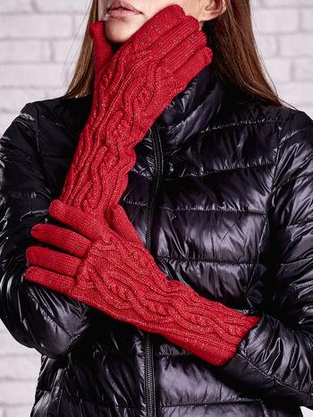 Czerwone rękawiczki o warkoczowym splocie z błyszczącą nicią                                  zdj.                                  1