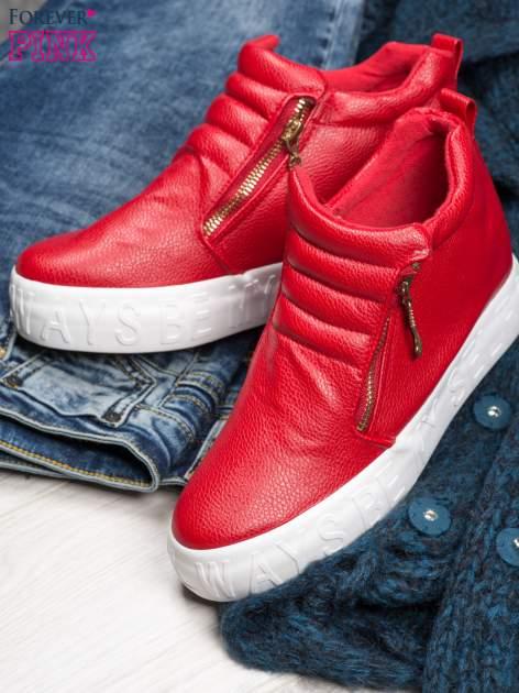Czerwone skórzane buty slip on Tracy ze złotym suwakiem i napisem                                  zdj.                                  1