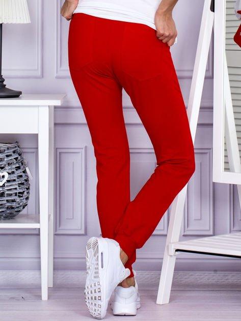 Czerwone spodnie dresowe z kieszonką z przodu                              zdj.                              2