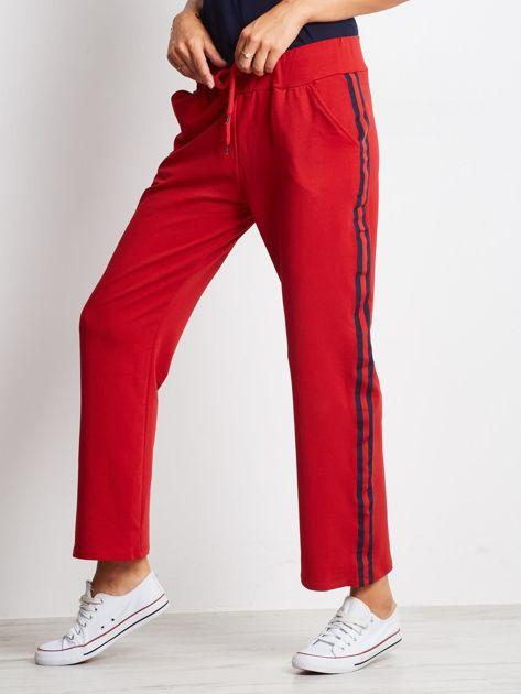 Czerwone spodnie dresowe z lampasami                              zdj.                              1