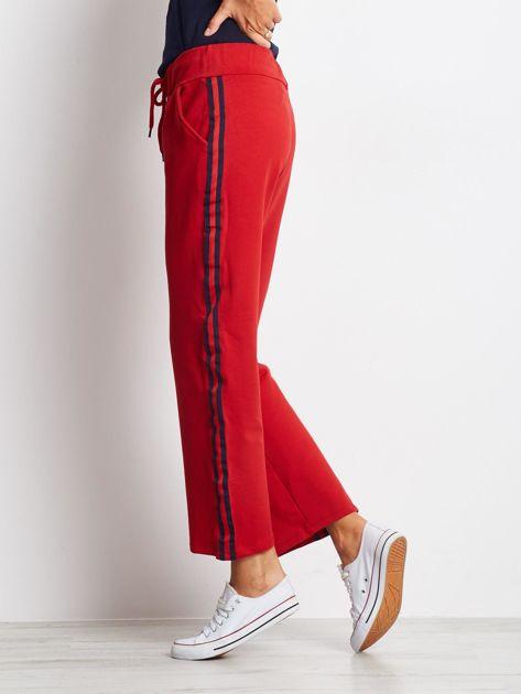 Czerwone spodnie dresowe z lampasami                              zdj.                              5