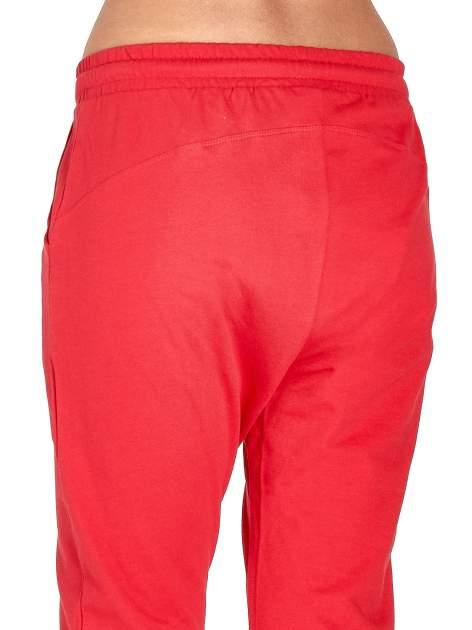 Czerwone spodnie dresowe z powijaną nogawką                                  zdj.                                  6