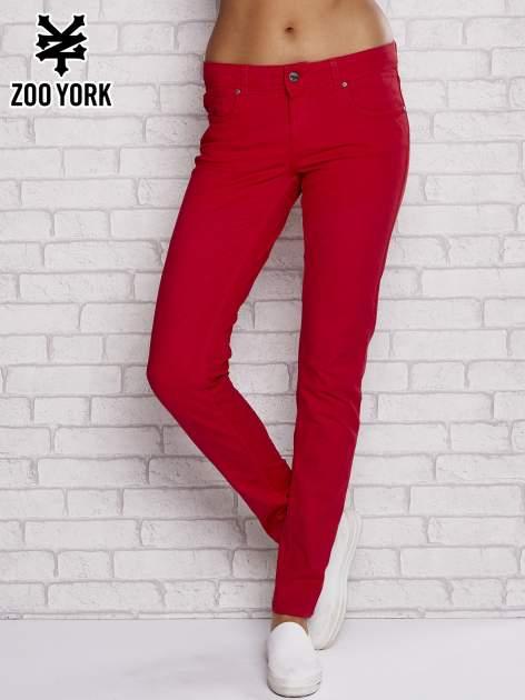 Czerwone spodnie materiałowe ze stretchem