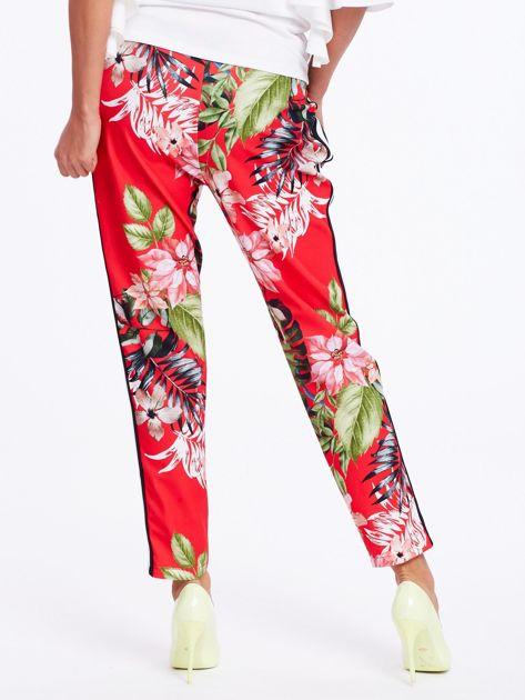 Czerwone spodnie w kwiaty z lampasami                              zdj.                              3