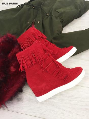 Czerwone zamszowe sneakersy Aravia z frędzelkami na koturnach                                  zdj.                                  2