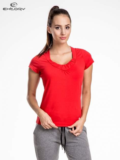 Czerwont damski t-shirt sportowy z marszczonym dekoltem