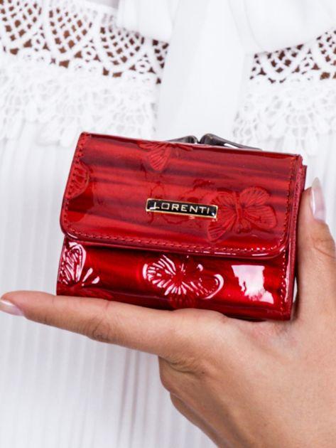 Czerwony lakierowany portfel w motyle