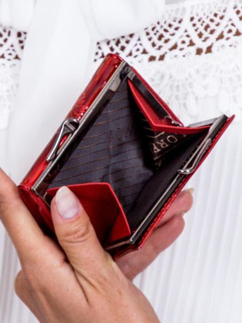 Czerwony lakierowany portfel w motyle                              zdj.                              5