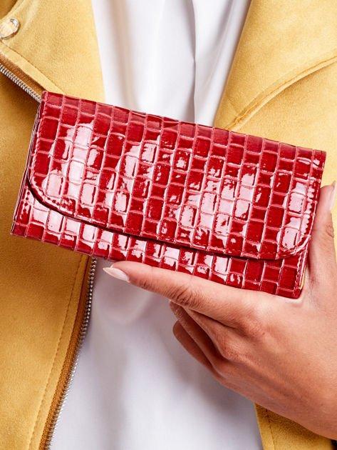 Czerwony lakierowany portfel z motywem plecionki