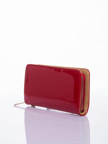 Czerwony lakierowany portfel z odpinanym złotym łańcuszkiem                                  zdj.                                  2