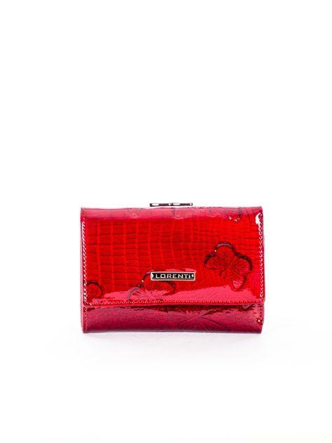 Czerwony lakierowany skórzany portfel w motyle