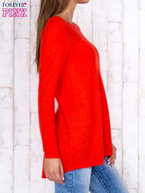Czerwony luźny sweter z ażurowym dekoltem                                  zdj.                                  3