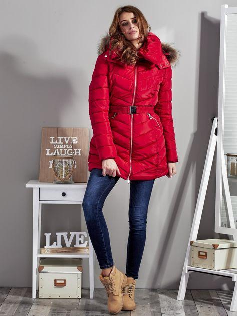 Czerwony pikowany płaszcz damski z futrzanym kołnierzem                              zdj.                              4