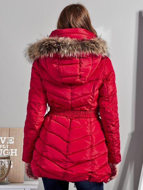 Czerwony pikowany płaszcz damski z futrzanym kołnierzem                              zdj.                              2