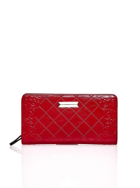 Czerwony pikowany portfel z kwiatowym tłoczeniem                                  zdj.                                  1