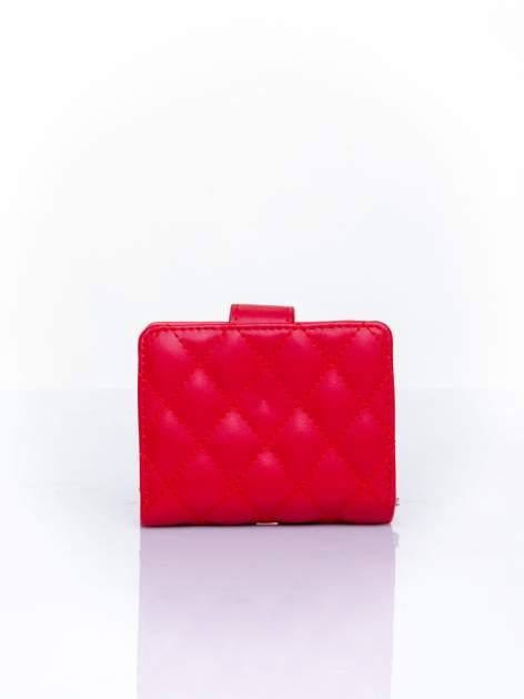 Czerwony pikowany portfel z ozdobnym zapięciem                                  zdj.                                  2