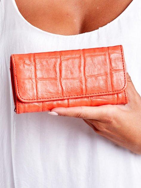 Czerwony portfel damski z tłoczonym deseniem