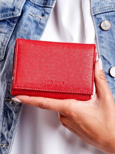 Czerwony portfel damski z zapięciem na zatrzask