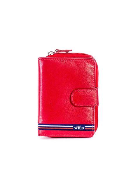 Czerwony portfel skórzany z klapką i zapięciem na suwak                              zdj.                              1