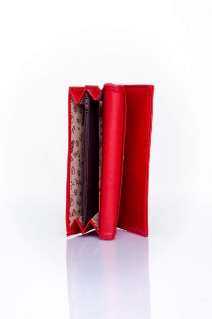 Czerwony portfel z ozdobnym detalem i złotymi okuciami                                  zdj.                                  5